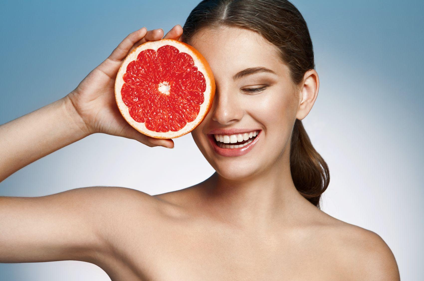 Vitamina C în rutina de îngrijire a tenului. Adevărat sau Fals